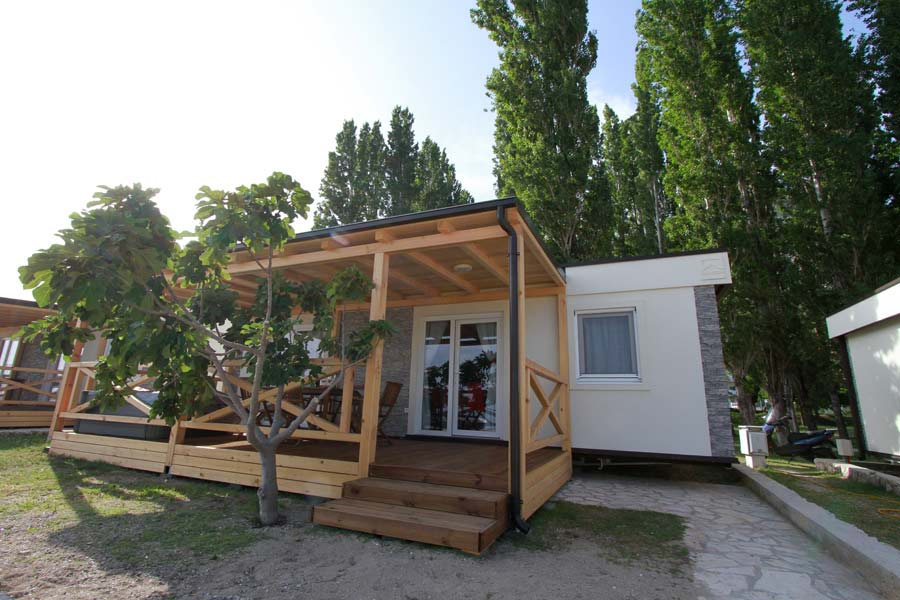 stay in a mobile home with its own whirpool bathtub in campsite